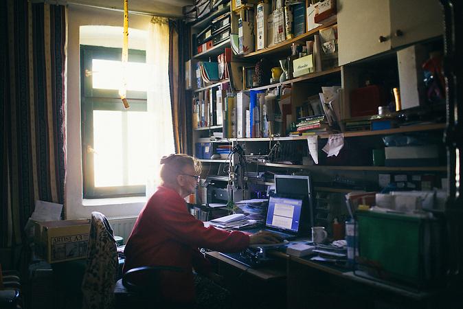 Hermine Jinga-Roth am Computer in ihrem Arbeitszimmer. Europa, Rumaenien, Rusciori den 28. Juli 2015