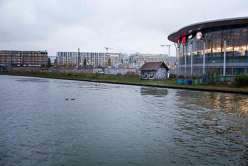 """Aubervilliers, France- Canal de Saint denis. Quai gambetta, une maisonette accolee au flambant neuf centre commercial """"millenaire"""""""