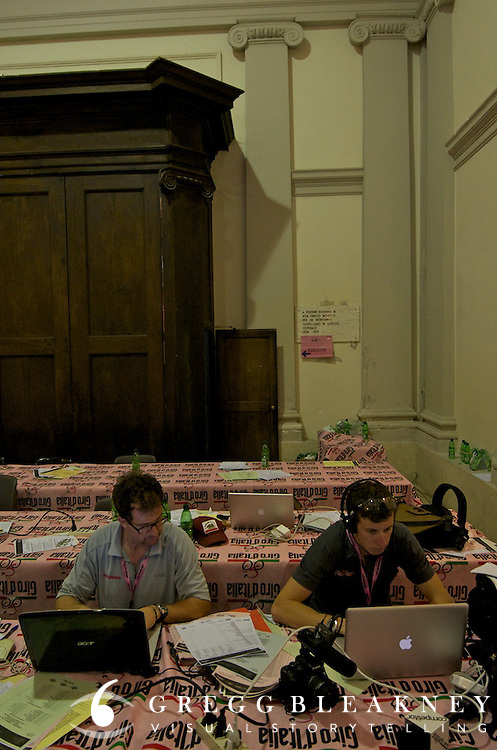 Andrew and Caley hard at work--the last journalists in Orvieto's press room.