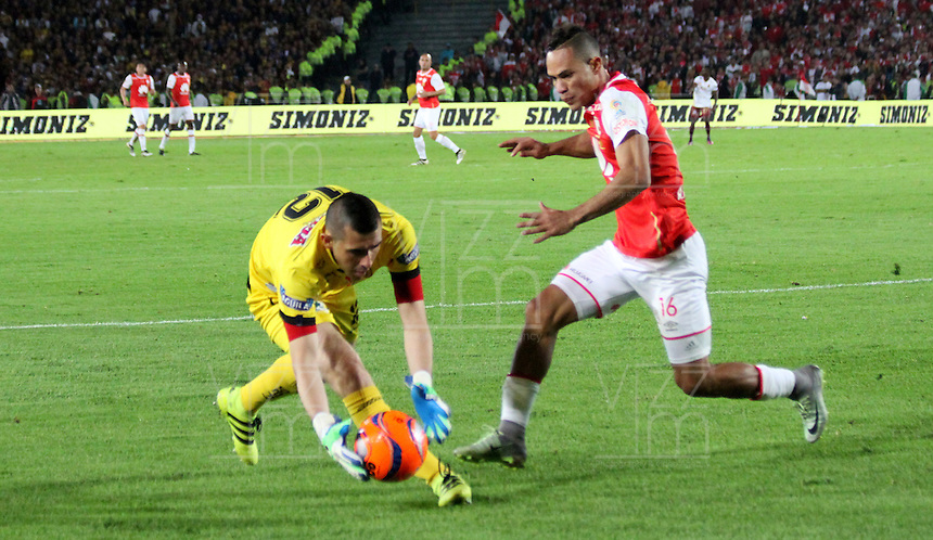 BOGOTA -COLOMBIA, 18-12-2016. Anderson Plata (Der) jugador de Independiente Santa Fe   disputa el balón con Joel Silva  (Izq) del Deportes Tolima durante encuentro  por la  final  de la Liga Aguila II 2016 disputado en el estadio Nemesio Camacho El Campin./ Anderson Plata (R) player of Santa Fe   fights for the ball with Joel Silva  (L) player of Deportes Tolima during match for the final of the Aguila League II 2016 played at Nemesio Camacho El Campin stadium . Photo:VizzorImage / Felipe Caicedo  / Staff