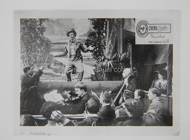 Screening of 'Un debut au music-hall', a silent film directed by Georges Monca, 1889-1940, for Pathe in 1910, with orchestra playing and audience watching, photograph. Between 1908 and 1920, Monca directed over 300 films for Pathe, many of them comedies. Copyright © Collection Particuliere Tropmi / Manuel Cohen