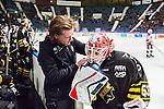 Stockholm 2014-10-14 Ishockey Hockeyallsvenskan AIK - Malm&ouml; Redhawks :  <br /> AIK:s m&aring;lvakt Christian Engstrand f&aring;r hj&auml;lp med en trasig hj&auml;lm av AIK:s materialf&ouml;rvaltare<br /> (Foto: Kenta J&ouml;nsson) Nyckelord:  AIK Gnaget Hockeyallsvenskan Allsvenskan Hovet Johanneshov Isstadion Malm&ouml; Redhawks