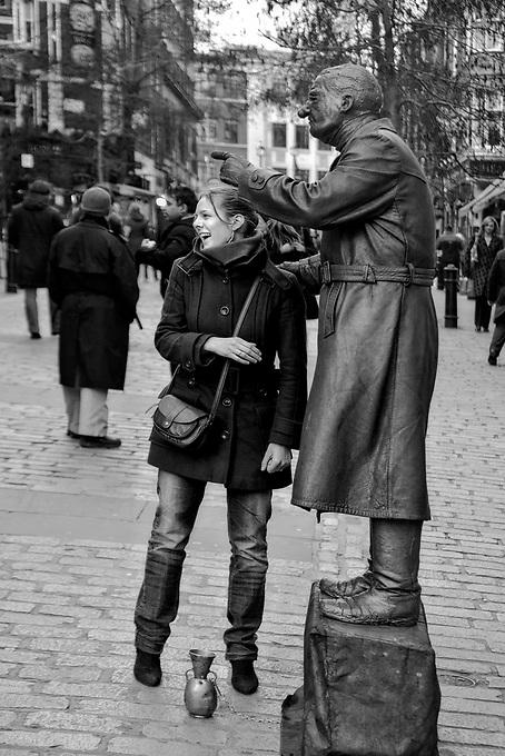 Londyn 2009-03-05. Covent Garden Market - uliczny mim