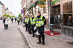 ***BETALBILD***  <br /> Stockholm 2015-05-25 Fotboll Allsvenskan Djurg&aring;rdens IF - AIK :  <br /> Poliser p&aring; trottoaren under AIK:s supportrars marsch mot Tele2 Arena inf&ouml;r matchen mellan Djurg&aring;rdens IF och AIK <br /> (Foto: Kenta J&ouml;nsson) Nyckelord:  Fotboll Allsvenskan Djurg&aring;rden DIF Tele2 Arena AIK Gnaget supporter fans publik supporters
