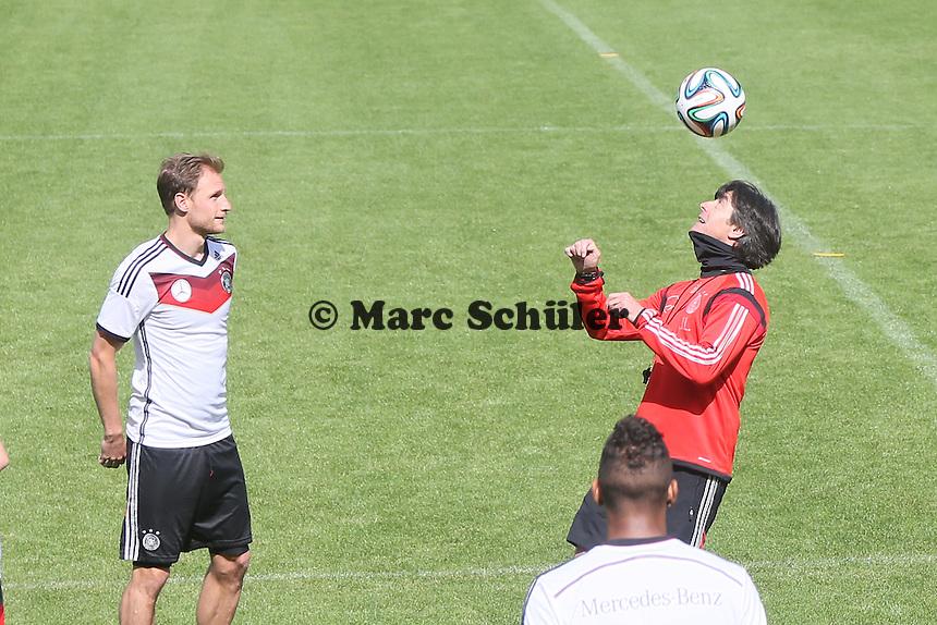 Kopfball Joachim Löw mit Benedikt Höwedes - Training der Deutschen Nationalmannschaft  zur WM-Vorbereitung in St. Martin