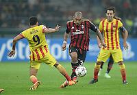 FUSSBALL  CHAMPIONS LEAGUE   SAISON 2013/2014   Vorrunde     AC Mailand - FC Barcelona       22.10.2013 Nigel De Jong (Mitte, AC Mailand) gegen Alexis Sanchez (li, Barca)