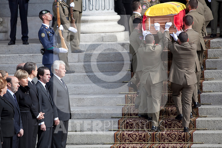 Members of the military carry the coffin of former Spanish Prime Minister Adolfo Suarez to the Spanish Parliament in front of former presidents Jose Luis Rodriguez Zapatero, Jose Maria Aznar and Felipe Gonzalez in Madrid, Spain. March 24, 2014. (ALTERPHOTOS/Victor Blanco)
