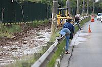 SAO PAULO, SP, 18/07/2012, FALTA DE CALCADAS.  Uma obra no calcamento no entorno do Pq. Villa Lobos esta colocando em perigo os pedestres que utilizam a calcada da Marginal Pinheiros. Em determinados trechos os pedestres sao obrigados a andar pela via correndo risco de serem atropelados. Luiz Guarnieri/ Brazil Photo Press