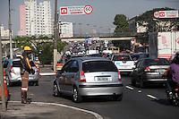 SAO PAULO, SP, 10/08/2012, PARALIZACAO CET. Em varios pontos da capital paulista, nao foram vistos os agentes do CET na manha de hoje (10), na foto o cruzamento da Av Brasil com a Av. Reboucas. Eles aderiram a uma especie de paralizacao por melhorias nas condicoes de trabalho. Em um ato simbolico, ele faram uma doacao coletiva de sangue  esta marcado para essa manha.  FOTO: LUIZ GUARNIERI / BRAZIL PHOTO PRESS.