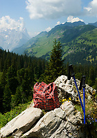 CHE, SCHWEIZ, Kanton Bern, Berner Oberland, Engstlenalp am Ende des Gentals: Rucksack und Wanderstoecke am Wegesrand | CHE, Switzerland, Bern Canton, Bernese Oberland, Engstlenalp at Gen Valley: Rucksack+ hiking sticks