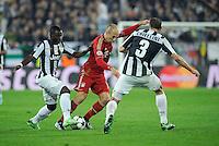 FUSSBALL  CHAMPIONS LEAGUE  VIERTELFINALE  RUECKSPIEL  2012/2013      Juventus Turin - FC Bayern Muenchen        10.04.2013 Kwadwo Asamoah (li) und Giorgio Chiellini (re, beide Juventus Turin) gegen Arjen Robben (Mitte, FC Bayern Muenchen)