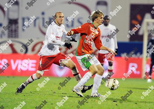 2010-11-27 / Voetbal / seizoen 2010-2011 / Antwerp FC - KV Oostende / Benjamin Lambot (Antwerp) zit Rico Jordi op de hielen...Foto: Mpics