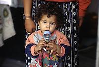 ITALIA Torino  Campo nomadi Rom  (Campo dell'Arrivore, 2001) un bambino con il biberon