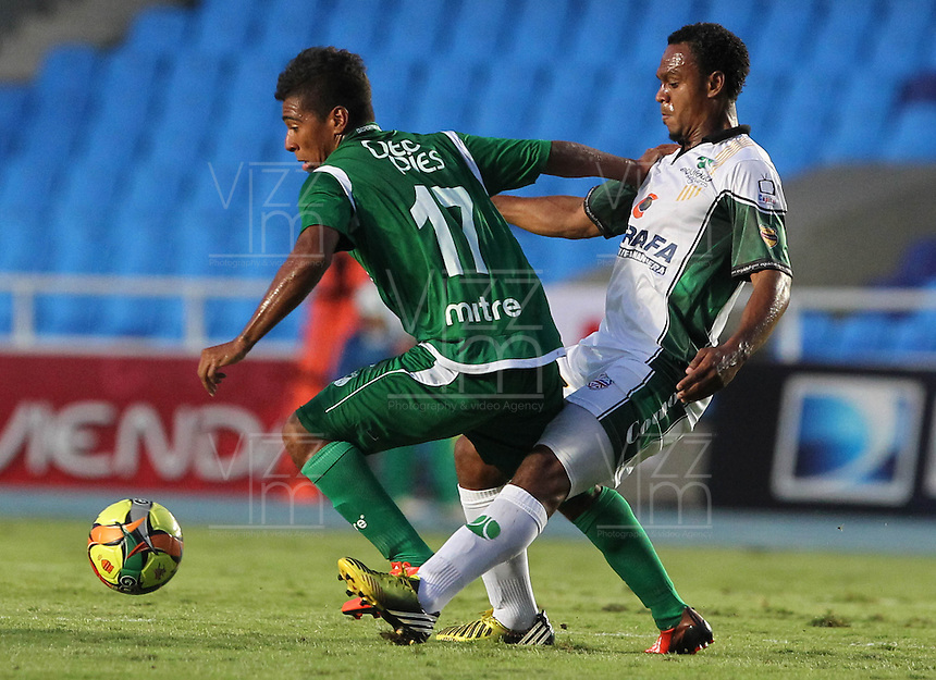 CALI -COLOMBIA-26-10-2013. Harrison Mojica (I) del Deportivo Cali disputa el balón con  Pedro Pino (D) de La Equidad durante partido válido por la fecha 16 de la Liga Postobón II 2013 jugado en el estadio Pascual Guerrero de la ciudad de Cali./ Deportivo Cali player Harrison Mojica (L) fights for the ball with La Equidad player  Pedro Pino (R) during match valid for the 16th date of Postobon League II 2013 played at Pascual Guerrero stadium in  Cali city.Photo: VizzorImage/Juan C. Quintero/STR