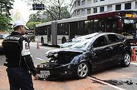 ATENÇÃO EDITOR: FOTO EMBARGADA PARA VEÍCULOS INTERNACIONAIS. - SAO PAULO, SP, 28 de Novembro 2012 -ACIDENTE DE CARRO.Policia Militar   de  transito observa um carro que capotou na Av 9 de Julho sentido centro nesta madrugada proximo a estacao Gertulio Vargas.(FOTO: ADRIANO LIMA / BRAZIL PHOTO PRESS).