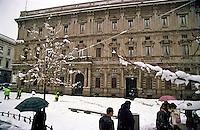 Gennaio 2009, nevicata su Milano. Palazzo Marino, sede del comune in Piazza della Scala --- January 2009, snowfall in Milan. Palazzo Marino, headquarters of Municipality in Della Scala square