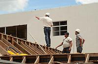SÃO PAULO, SP, 13 DE JANEIRO DE 2012 - DESMORONAMENTO PRÉDIO ZONA NORTE - Técnicos discutem a respeito da construção de cinco andares que desmoronou em sua parte mais alta na tarde de ontem na Avenida General Penha Brasil, altura do do número 2555, na região norte da capital, na manhã desta sexta-feira,13.  FOTO: ALEXANDRE MOREIRA - NEWS FREE