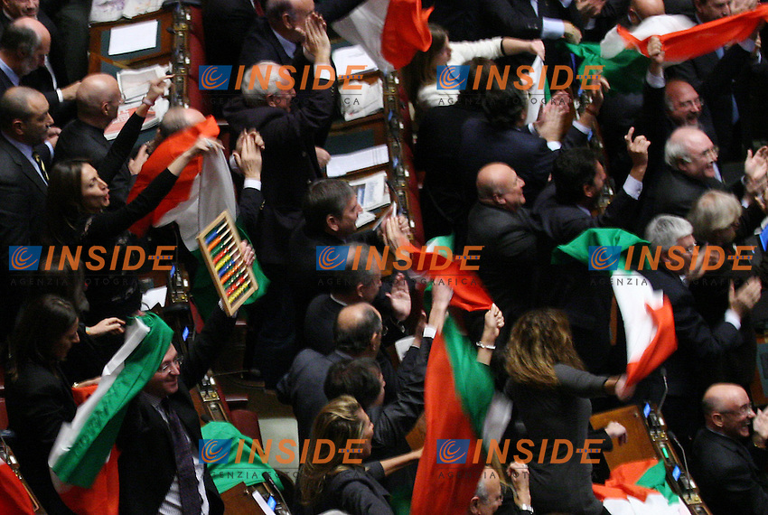 Il PDL festeggia con le bandiere tricolori.La Camera dei Deputati , con 314 voti contro e 311 voti a favore, ha respinto le mozioni  di sfiducia al Governo..Roma, 14 Dicembre 2010.Serena Cremaschi Insidefoto.....