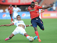 MEDELLÍN -COLOMBIA-24-05-2015. Juan F Caicedo (Der) del Independiente Medellin disputa el balón con William Tesillo (Izq) jugador de Atlético Junior durante partido de vuelta por los cuartos de final de la Liga Águila I 2015 jugado en el estadio Atanasio Girardot de la ciudad de Medellín./ Juan F Caicedo (R) player of Independiente Medellin vies for the ball with William Tesillo (L) player of  Atletico Junior during the second leg match for the final quarters of the Aguila League I 2015 played Atanasio Girardot stadium in Medellin city. Photo: VizzorImage/León Monsalve/STR