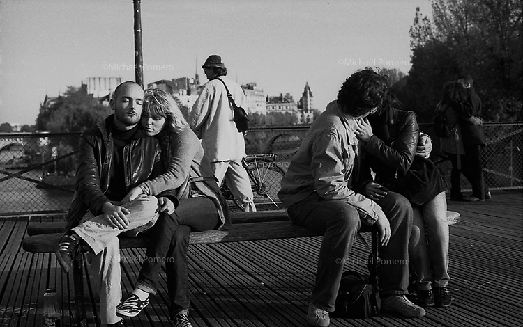 10.2009<br /> <br /> Couples in Bridge of arts.<br /> <br /> Couples sur le Pont des arts.