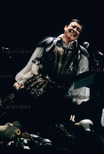 Palermo, 1995, Teatro Biondo. Carmelo Bene durante la rappresentazione dello spettacolo teatrale Halmet Suite, con Monica Chiarabelli (Ofelia) e Paula Boschi (Giocasta). Carmelo Bene during the representation of the theatrical performance Hamlet Suite with Monica Chiarabelli (Ofelia) e Paula Boschi (Giocasta)