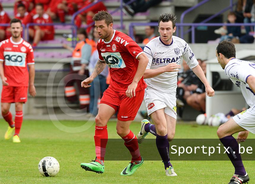 SW Harelbeke - KV Kortrijk : Kevin Dupuis (links) aan de bal voor Jens Noppe (r) <br /> foto VDB / BART VANDENBROUCKE