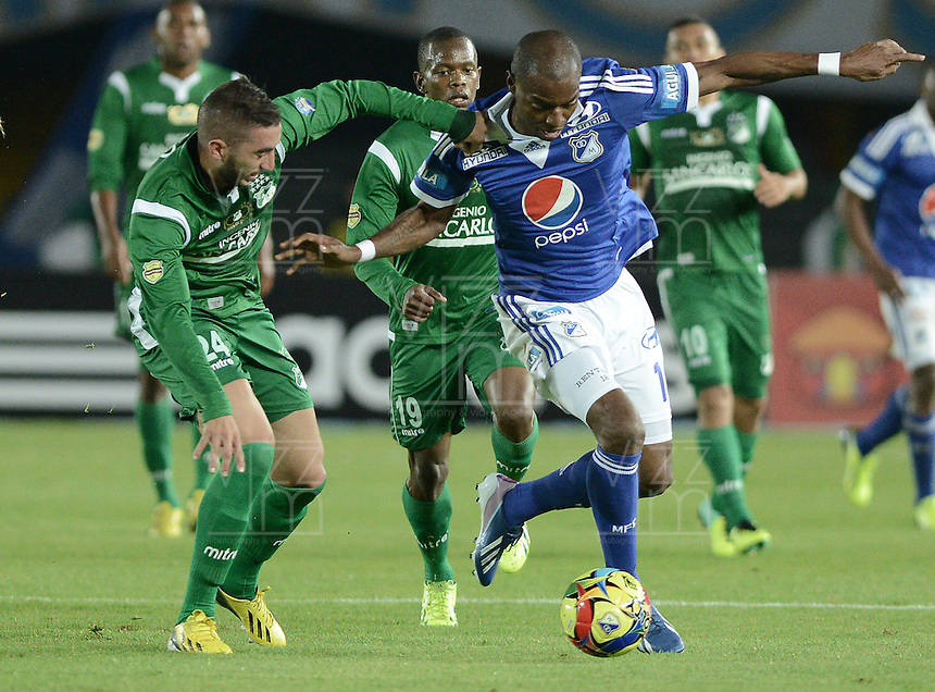BOGOTÁ -COLOMBIA, 20-11-2013. Wason Renteria (Der.) jugador de Millonarios disputa el balón con Luis Calderon (Izq.) jugador de Deportivo Cali durante partido por la fecha 2 de los cuadrangulares finales de la Liga Postobón  II 2013 jugado en el estadio Nemesio Camacho el Campín de la ciudad de Bogotá./ Wason Renteria (R) player of Millonarios fights for the ball with Luis Calderon (L) player of Deportivo Cali during match for the 2nd date of final quadrangulars of the Postobon  League II 2013 played at Nemesio Camacho El Campin stadium in Bogotá city. Photo: VizzorImage/Gabriel Aponte/STR