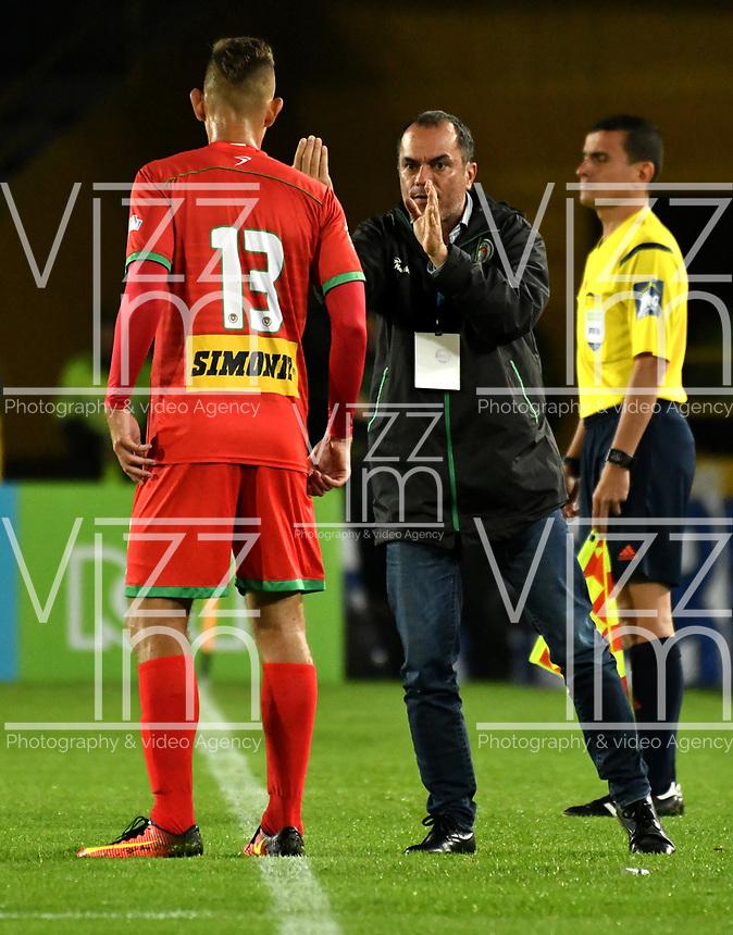 BOGOTA - COLOMBIA - 09 – 05 - 2017: Jaime de la Pava (Der.), técnico, de Cortulua, da instrucciones a Juan Rodriguez (Izq.), jugador, durante partido de la fecha 17 entre Millonarios y Cortulua,  por la Liga Aguila I-2017, jugado en el estadio Nemesio Camacho El Campin de la ciudad de Bogota. / Jaime de la Pava (R), coach of Cortulua, gives instruction to Juan Rodriguez (L) player, during a match of the date 17th between Millonarios and Cortulua, for the Liga Aguila I-2017 played at the Nemesio Camacho El Campin Stadium in Bogota city, Photo: VizzorImage / Luis Ramirez / Staff