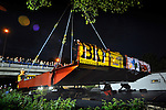 UTRECHT - In Utrecht zijn in opdracht van de gemeente het wegdek en de balans van de Rode Brug op transport gegaan vanaf de Industriehaven op Lage Weide, naar de Marnixbrug. De nieuwe door bouwcombinatie Ippel-Jansen Venneboer gebouwde brug vervangt de uit 1890 daterende Rode Brug over de Vecht, en wordt niet alleen breder maar ook moderner vormgegeven. Om het verkeer niet teveel te hinderen zijn de 40 ton zware val en de 100 ton zware rode balans 's avonds vervoerd waarbij diverse lantaarnpalen en verkeerslichten even verwijderd moesten worden om het tien meter brede transport mogelijk te maken. De brug zal de volgende dag in elkaar gezet worden. COPYRIGHT TON BORSBOOM