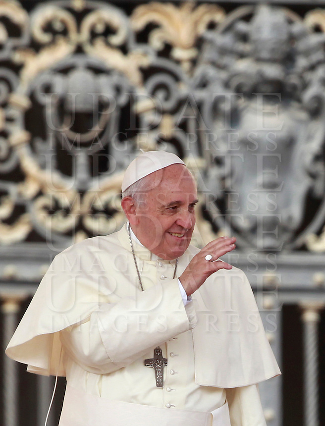 Papa Francesco saluta i fedeli al suo arrivo all'udienza generale del mercoledi' in Piazza San Pietro, Citta' del Vaticano, 10 settembre 2014.<br /> Pope Francis waves to faithful as he arrives for his weekly general audience in St. Peter's Square at the Vatican, 10 September 2014.<br /> UPDATE IMAGES PRESS/Isabella Bonotto<br /> <br /> STRICTLY ONLY FOR EDITORIAL USE