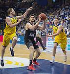 14.04.2018, EWE Arena, Oldenburg, GER, BBL, EWE Baskets Oldenburg vs s.Oliver W&uuml;rzburg, im Bild<br /> ab durch die Mitte...<br /> Mickey McCONNELL (EWE Baskets Oldenburg #32)Maxime DeZEEUW (EWE Baskets Oldenburg #12)<br /> Owen KLASSEN (s.Oliver W&uuml;rzburg #4 )<br /> Foto &copy; nordphoto / Rojahn