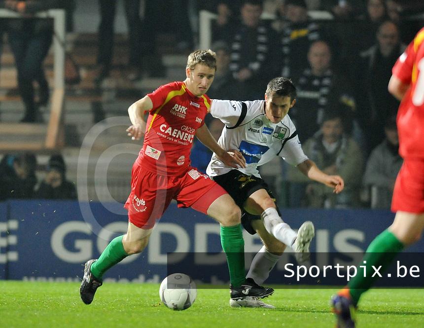 KSV Roeselare - KV Oostende : Niels Coussement opgejaagd door Benjamin Lutun (rechts).foto VDB / BART VANDENBROUCKE