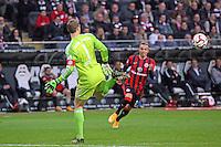 Manuel Neuer (Bayern) leitet den Ball lässig mit der Hacke weiter vor Sonny KIttel (Eintracht) - Eintracht Frankfurt vs. FC Bayern München, Commerzbank Arena