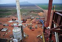 Afrika ANGOLA Malange , Biocom Projekt, Joint venture zwischen Konzern Odebrecht aus Brasilien und Sonangol, staatliche Oelgesellschaft Angolas, und weiteren Investoren u.a. Tocher des Praesidenten Dos Santos, auf einigen tausend Hektar wird Zuckerrohr fuer Produktion von Zucker und Bioethanol angebaut, die Zuckerfabrik ist im Bau und soll 240.000 Tonnen Zucker pro Jahr herstellen, dazu kommen 30 Millionen Liter Ethanol und 70 Megwatt Strom aus Bagasse von einem Biomassekraftwerk, Plantage und Zuckerfabrik sollen 1470 Menschen beschaeftigen, Baustelle Zuckerfabrik / ANGOLA Malange , Biocom Project, sugar factory and large farm for production of sugar cane for 240.000 tons sugar and 30 billion litre bio ethanol, construction site sugar and ethanol factory