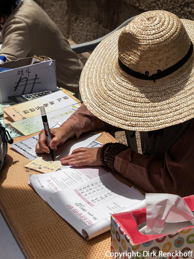 Ausf&uuml;llen von Votivzettelnn buddhistischer Beomosa Tempel bei Busan, Gyeongsangnam-do, S&uuml;dkorea, Asien<br /> writing of votive notes, buddhist temple Beomosa near Busan,  province Gyeongsangnam-do, South Korea, Asia