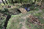 Foto: VidiPhoto<br /> <br /> ZILLEBEKE - Bij Kasteelhof 't Hooge in Zillebeke, vlak bij Ieper in West-Vlaanderen, zijn diverse mijnkraters en uitgebaggerde loopgraven te zien. De gevonden restanten, als granaten, liggen opgestapeld naast de loopgraven.