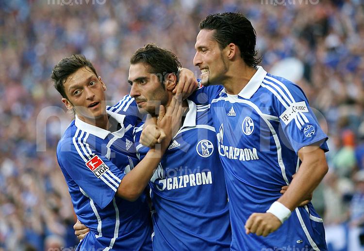 Fussball   1. Bundesliga   Saison 2006/2007   32. Spieltag FC Schalke 04 - 1. FC Nuernberg               Mesut OEZIL, Hamit ALTINTOP und Kevin KURANYI (v.l., alle Schalke) bejubeln das Tor zum 1:0
