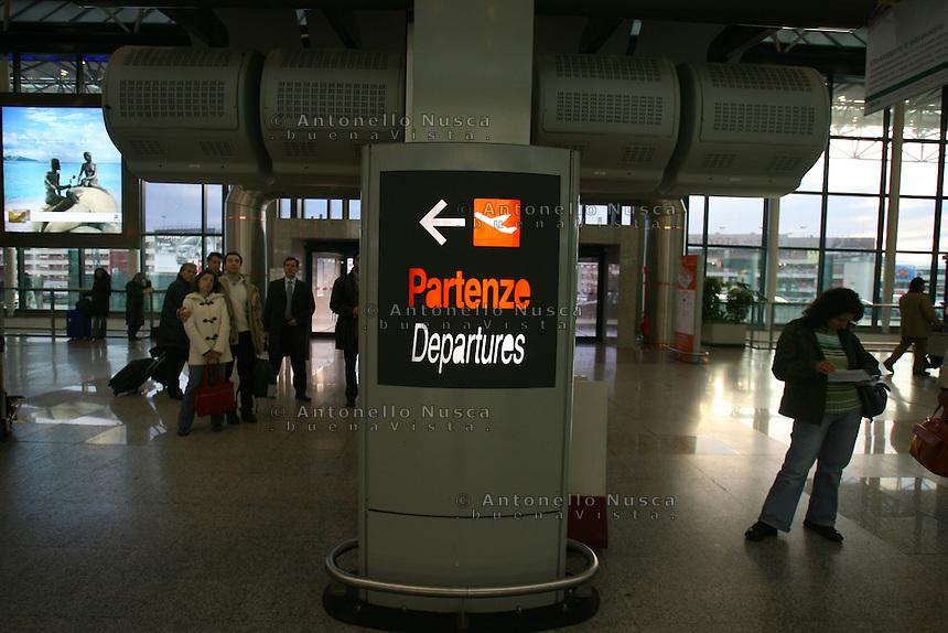 Roma, 23 Gennaio 2006. Viaggiatori all'aeroporto di Roma Fiumicino durante lo sciopero dei lavoratori Alitalia.