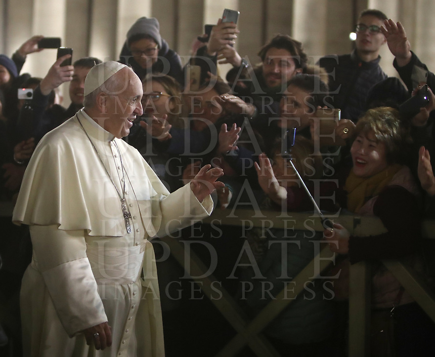 Papa Francesco saluta i fedeli dopo aver reso omaggio al Presepe in Piazza San Pietro. Citt&agrave; del Vaticano, 31 dicembre 2018.<br /> Pope Francis greets faithful during his visit to the Nativity scene, following the Te Deum prayer for the year 2018 at the Vatican on December 31, 2018.<br /> UPDATE IMAGES PRESS/Isabella Bonotto<br /> <br /> STRICTLY ONLY FOR EDITORIAL USE