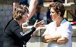NIJMEGEN -  Managers Anja Klop (Nijm.) en Celine van der Kun (l) van Huizen  voor  de tweede play-off wedstrijd dames, Nijmegen-Huizen, voor promotie naar de hoofdklasse.. Huizen promoveert naar de hoofdklasse. COPYRIGHT KOEN SUYK