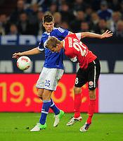 FUSSBALL   1. BUNDESLIGA   SAISON 2012/2013   5. SPIELTAG FC Schalke 04 - FSV Mainz 05                               25.09.2012        Klaas Jan Huntelaar (li, FC Schalke 04) gegen Niko Bungert (re, Mainz)
