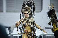 SÃO PAULO, SP, 15.02.2015, CARNAVAL 2015 - SÃO PAULO - GRUPO DE ACESSO / INDEPENDENTE: Integrantes da escola de samba Independente, durante desfile do grupo de acesso do Carnaval de São Paulo, na noite deste domingo, 15. (Foto: Levi Bianco / Brazil Photo Press).