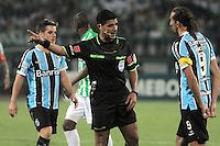 MEDELLIN -COLOMBIA. 02-04-2014. Enrique Caceres referee del Paraguay llama la atencion a Hernan Barcos de Gremio de Brasil durante partido contra  Atletico Nacional  de Colombia partido  de La Copa Bridgestone Libertadores de America   disputado en el estadio Atanasio Girardot / Enrique Caceres of Paraguay referee calls attention to Hernan Barcos of Gremio of Brazil during match against Atletico Nacional of Colombia match the Bridgestone Copa Libertadores de America match at the Atanasio Girardot stadium. Photo: VizzorImage / Luis Rios  / Stringer