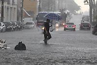 SAO PAULO, SP, 01 DEZEMBRO 2012 - CLIMA TEMPO CAPITAL PAULISTA - Com a forte chuva que caiu sobre São Paulo na tarde desse sábado, varias ruas ficaram alagadas na Zona Leste da capital, na foto a Rua Taquari na Mooca. (FOTO: LUIZ GUARNIERI / BRAZIL PHOTO PRESS).
