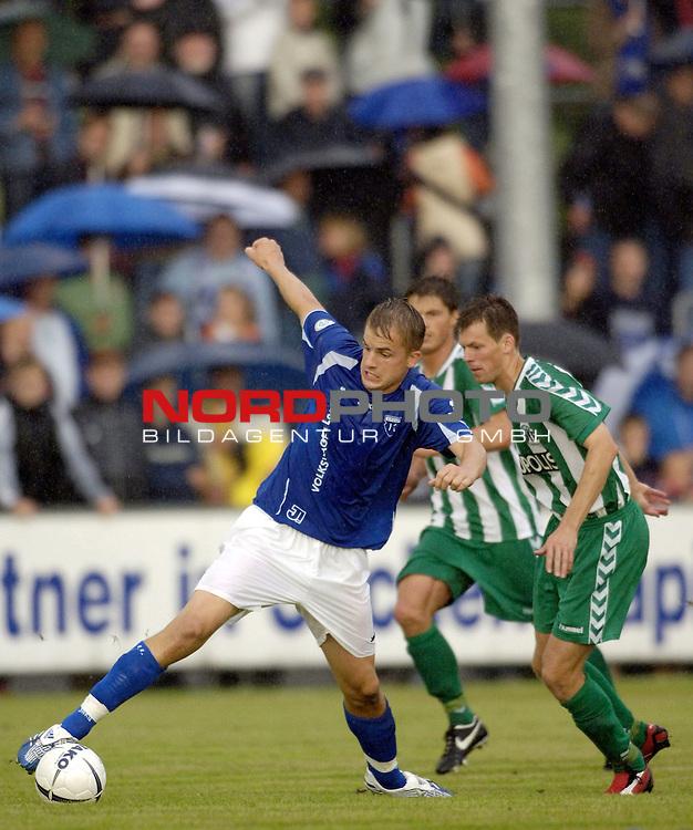 RLN 2006/2007 - 2.Spieltag Hinrunde BSV Kickers Emden - VfB Luebeck;<br /> Sebastian Schoof - verfolgt von Markus Kullig<br /> <br /> <br /> Foto &copy; nordphoto