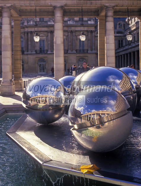 Europe/France/Ile-de-France/75001/Paris: Palais Royal - Fontaines sculptées par Pol Bury et Galerie d'Orléans