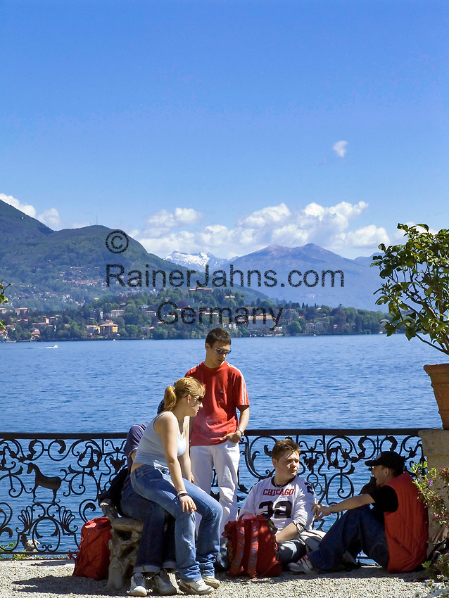 ITA, Italien, Piemont, bei Stresa, Borromaeischen Inseln, Isola Bella, Jugendliche im Garten des Palazzo Borromeo | ITA, Italy, Piemont, near Stresa, Borromean Islands, Isola Bella, teenager at garden of Palazzo Borromeo