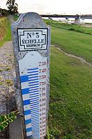 France, Loiret (45), Sully-sur-Loire, patrimoine mondial de l'UNESCO, échelle des crues de la Loire en bordure du fleuve  // France, Loiret, Sully sur Loire, listed as World Heritage by UNESCO, level floods of the Loire riverside