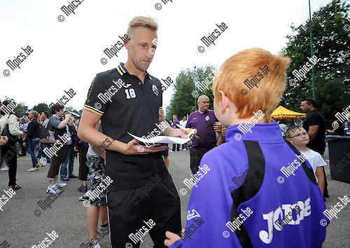 2014-07-21 / Voetbal / seizoen 2014-2015 / Fandag Beerschot-Wilrijk / Sven Van der Heyden maakt een jonge fan gelukkig met een handtekening<br /><br />Foto: mpics.be