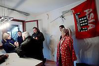 Roma, 7 Dicembre 2016<br /> Roberta Maggi e Roberta Lombardi in casa.<br /> Presidio contro lo sfratto di Roberta Maggi una donna disoccupata con 2 bambini in Via Fillia, periferia di Roma.<br /> Nel presidio la deputata Roberta Lombardi del Movimento 5 Stelle che per prevenire lo sfratto  nel luglio 2015 aveva stabilito la sua residenza parlamentare presso l'abitazione della signora Maggi.<br /> <br /> <br /> Gli immobili dei Piani di Zona sono stati realizzati per essere assegnati a famiglie in emergenza abitativa, su terreno del Comune di Roma e con il contributo di finanziamenti pubblici. Ma gli inquilini o gli acquirenti subiscono sfratti per morosità dopo aver pagato per anni dei canoni di locazione o prezzi di vendita molto più alti di quelli del libero mercato, talvolta per alloggi senza abitabilità, senza servizi e senza allaccio in fogna.